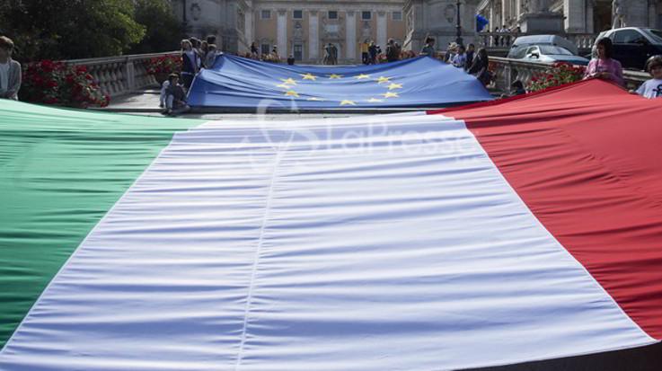 Italiani indecisi, solo il 44 per cento voterebbe per restare nell'Ue: è il dato più basso di tutta Europa