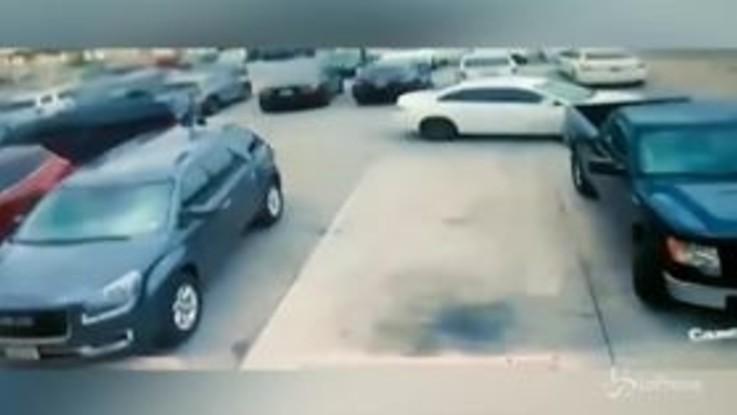 Texas, gli rubano il parcheggio, lui picchia una donna