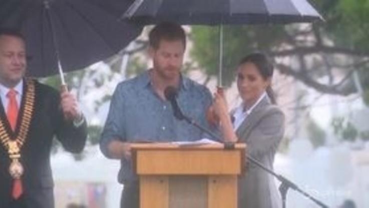 Meghan ignora il protocollo e tiene l'ombrello al principe Harry