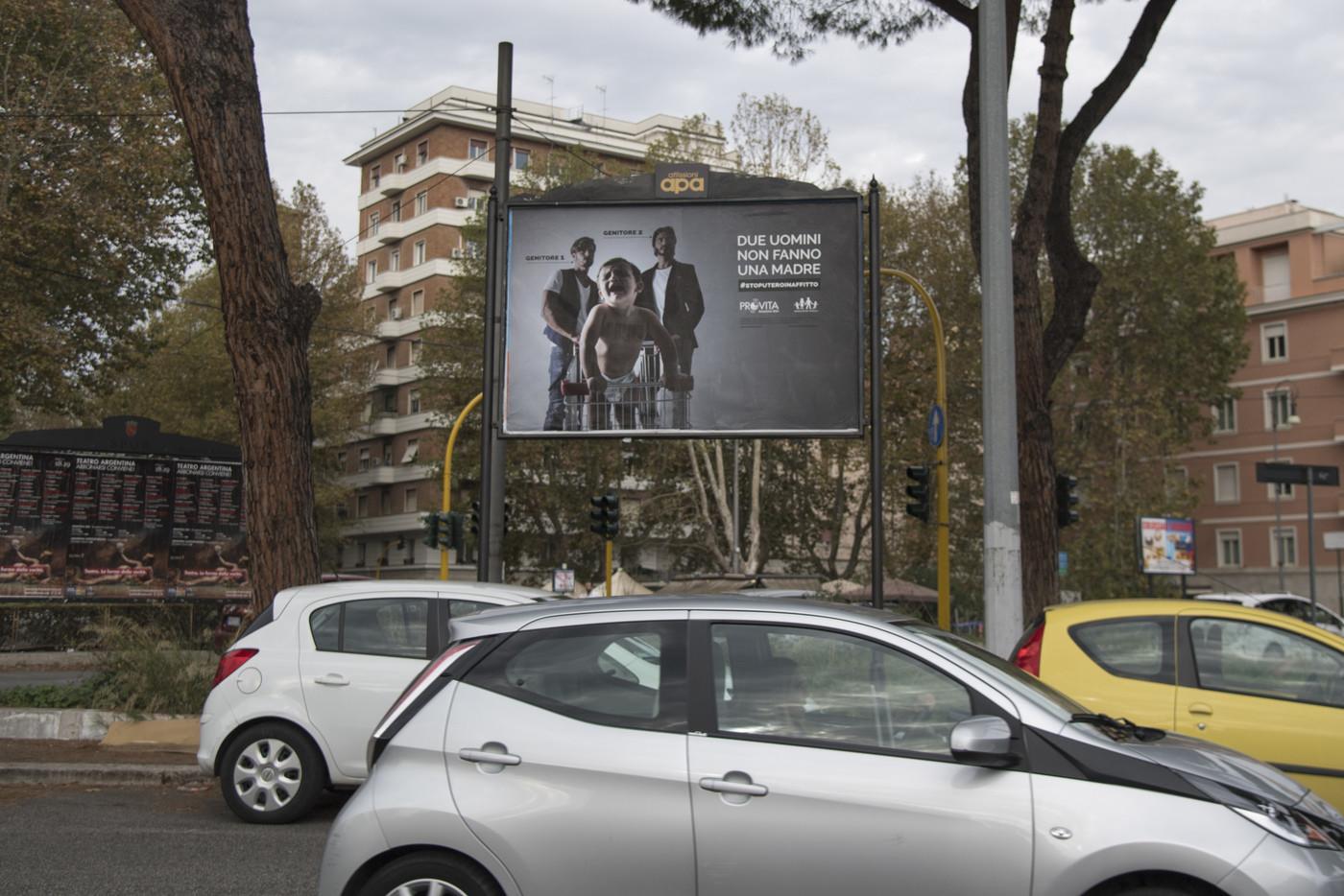 'Due uomini non fanno una madre': manifesti omofobi a Roma. E Raggi interviene
