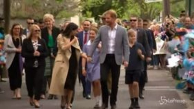 Meghan e Harry tra gli studenti, bagno di folla a Melbourne