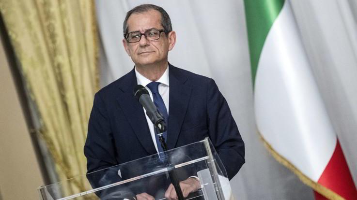 """Manovra, Ue: """"Deviazioni Italia senza precedenti nella storia"""". Tria: """"Si apre dialogo"""""""