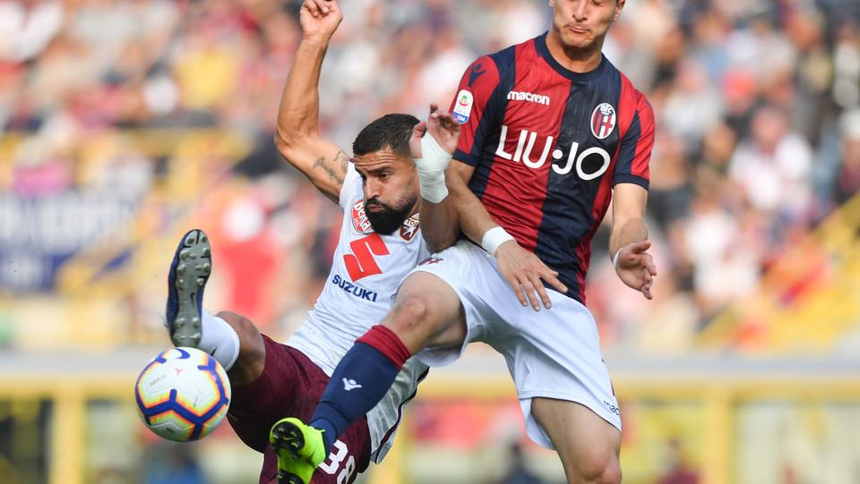 Tomas Rincon (Torino FC) in azione contrastato da Riccardo Orsolini (Bologna F.C.) ©