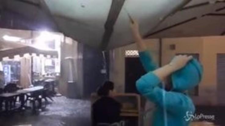 Bomba d'acqua a Roma, strade allagate. Vento forte a Milano