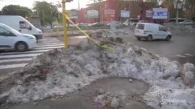 Maltempo Roma: strade invase da grandine e rifiuti
