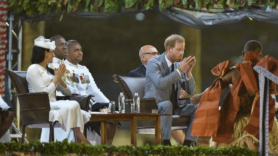 Il principe Harry beve kava mentre la moglie Meghan lo osserva ©