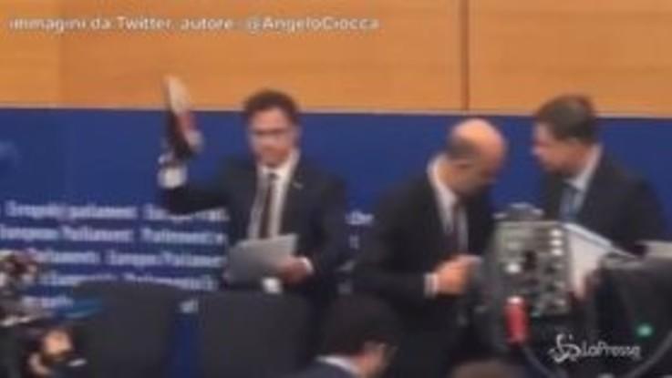 Manovra, eurodeputato della Lega si toglie le scarpe e pesta la lettera di Moscovici