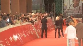 Festa del cinema di Roma, selfie con i fan per Asia Argento sul red carpet