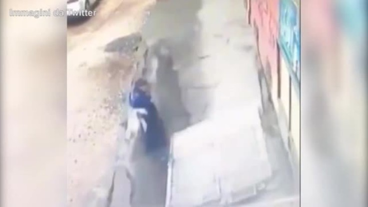 Turchia, crolla marciapiede: due ragazze inghiottite dall'asfalto