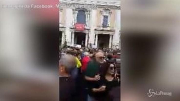 """Roma, piazza del Campidoglio gremita contro Virginia Raggi. I Manifestanti: """"Dimettiti"""""""