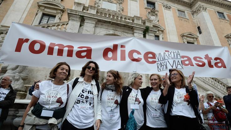 """Roma dice basta, migliaia in piazza al Campidoglio: """"Raggi dimettiti"""""""