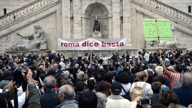 """""""Roma dice basta, Raggi una buca ti inghiottirà: dimettiti"""": in migliaia alla manifestazione in Campidoglio"""