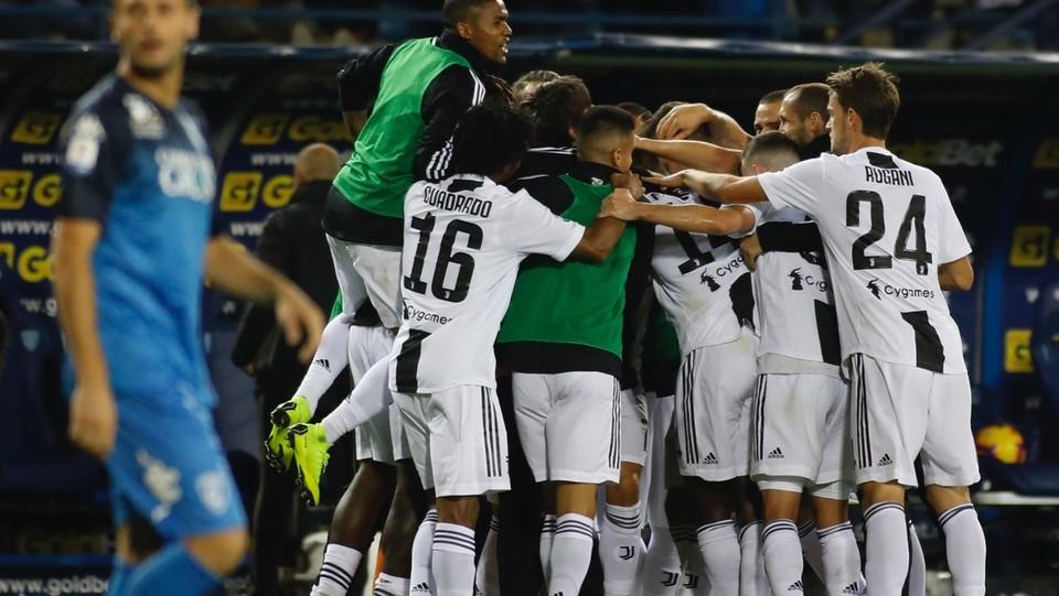 I compagni festeggiano il gol della vittoria segnato da Ronaldo ©