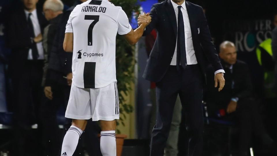 Ronaldo stringe la mano all'allenatore Allegri ©