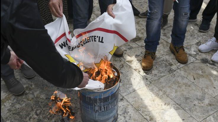 Tap, protesta degli attivisti a San Foca contro il gasdotto: bruciate tessere elettoriali e bandiere M5S