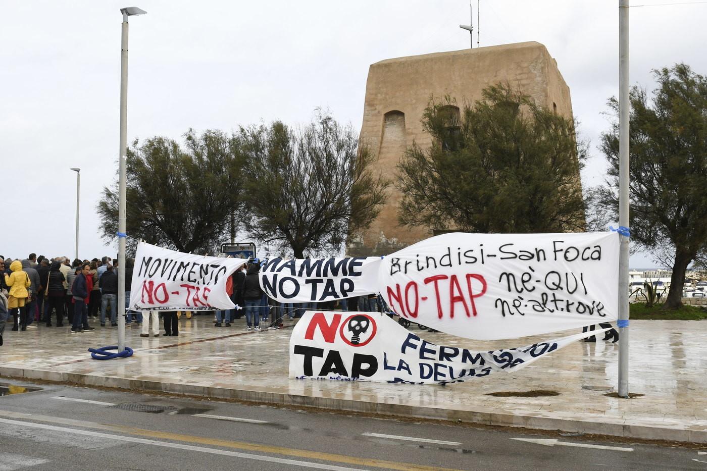 Tap, la protesta degli attivisti in Salento: bruciate le bandiere M5s