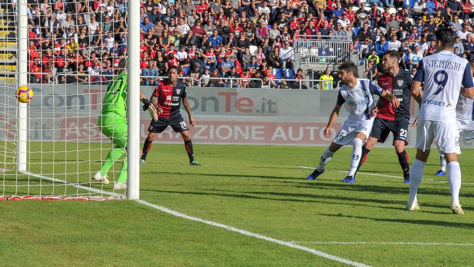15' Gol del Cagliari firmato Leonardo Pavoletti. Sul calcio di punizione, salta più in alto di tutti e spedisce la palla alle spalle del portiere. ©