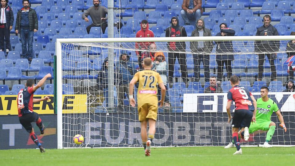 32' Gol del vantaggio del Genoa! Romulo calcia il rigore e manda la palla nell'angolino basso a sinistra della porta ©