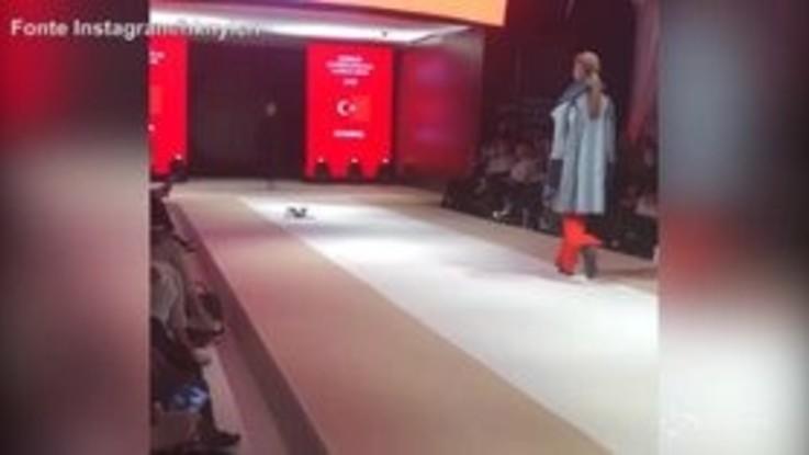 """Gatto """"sfila"""" sulla passerella durante il fashion show"""