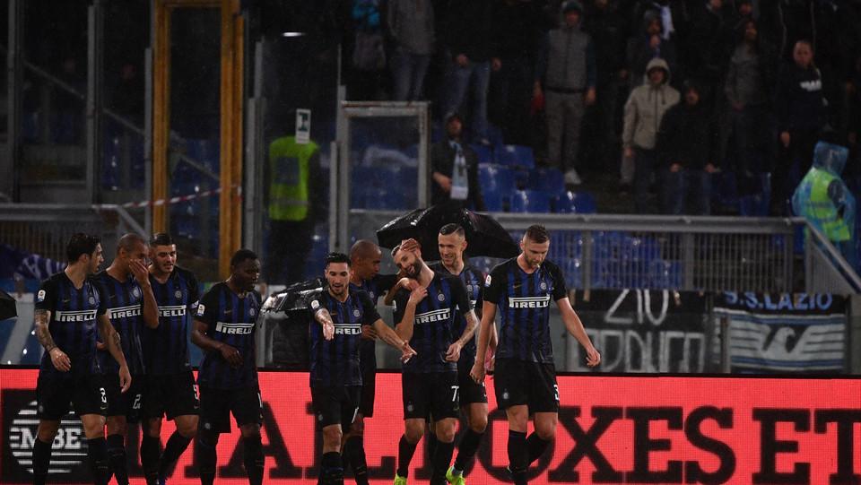 Brozovic festeggia con i compagni il gol ©