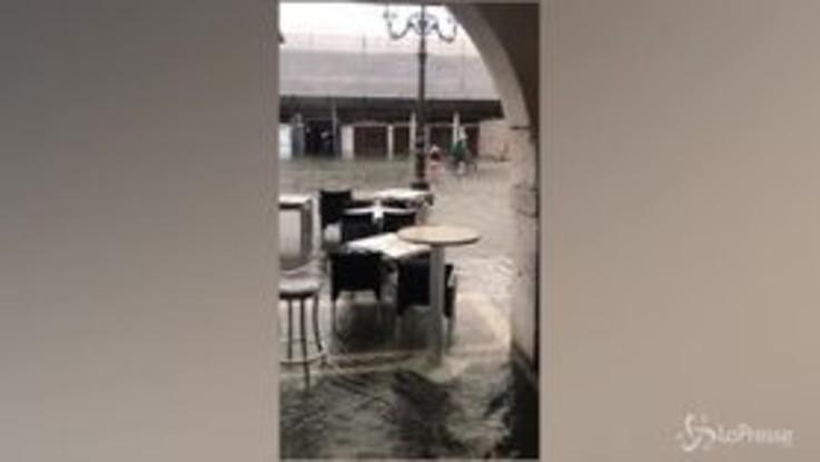 """Maltempo a Venezia, """"transformer"""" su una vasca da bagno naviga in città"""
