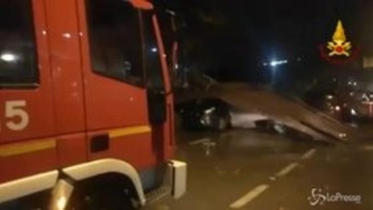 Maltempo, ad Avellino auto schiacciate da lamiere: l'intervento dei vigili del fuoco