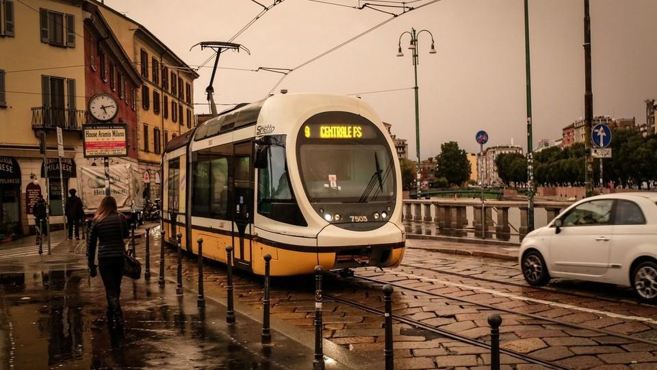 Un tram passa sulla Darsena sotto un cielo del tutto particolare ©
