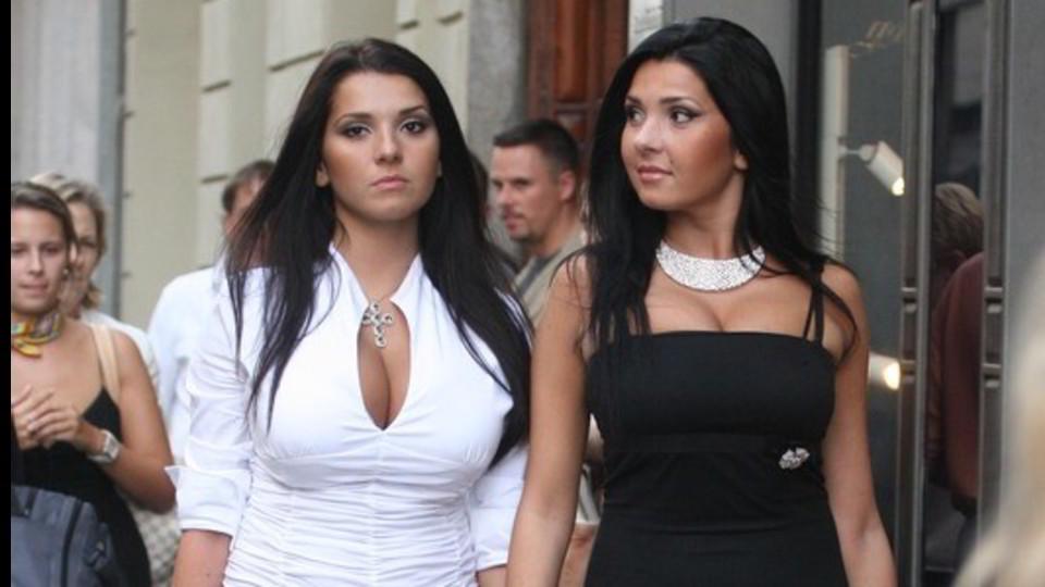 Per la strada a Milano, Manuela (a destra) e Marianna Guerrera, sua sorella gemella ©