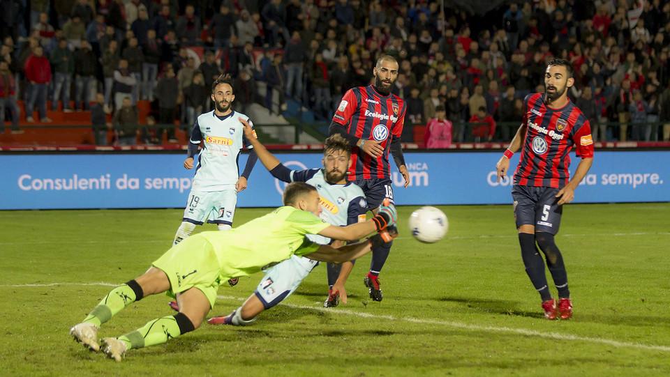 Cosenza-Pescara 1-1 - Cerofolini esce su Mancuso ©