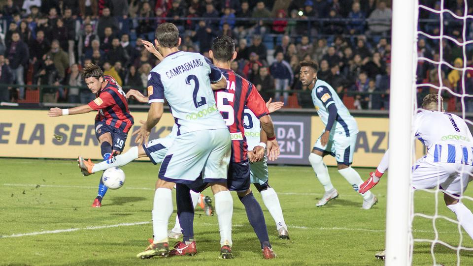 Cosenza-Pescara 1-1 - azione di Maniero ©