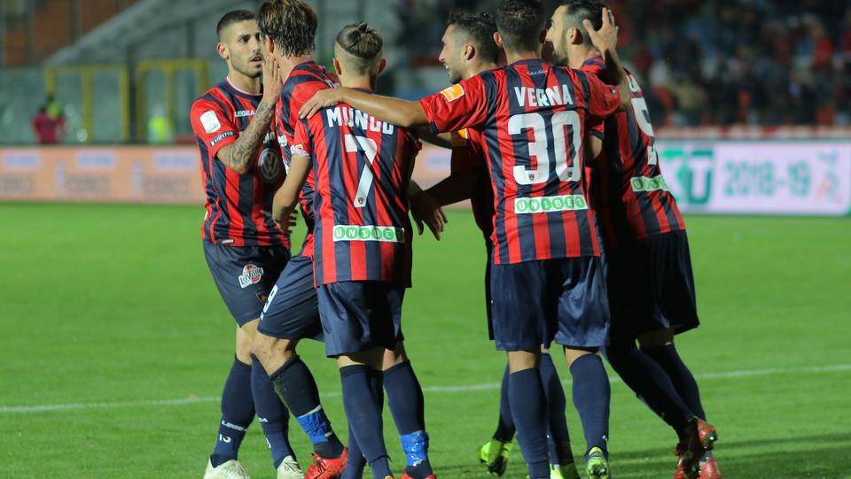 Cosenza-Pescara 1-1 - Si festeggia il gol di Maniero ©
