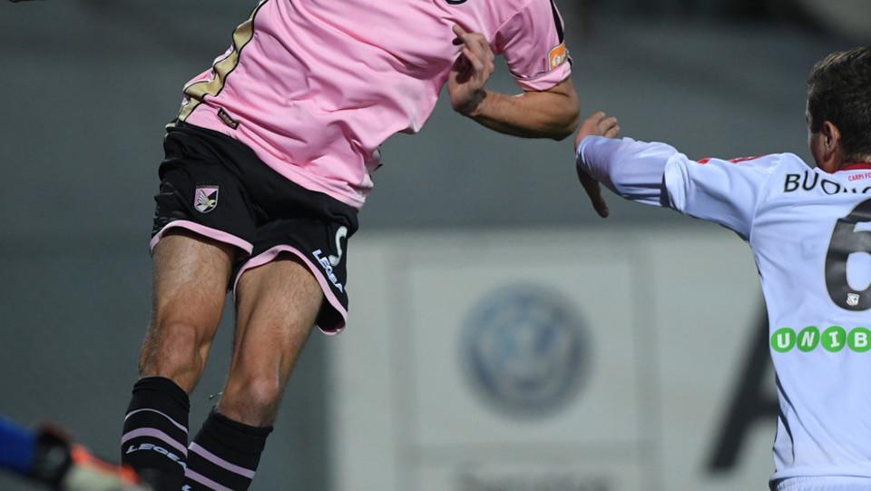 Carpi - Palermo 0-3 - Stacco di Moreo ©