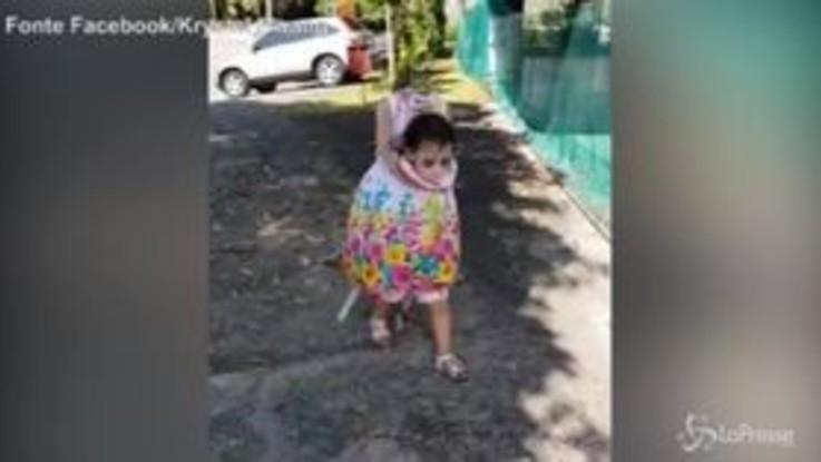 La bambina senza testa: ecco il terrificante costume di Halloween