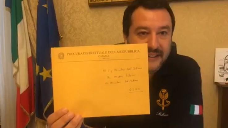 """Diciotti, Salvini apre in diretta la busta della Procura di Catania: """"Chiesta l'archiviazione"""""""