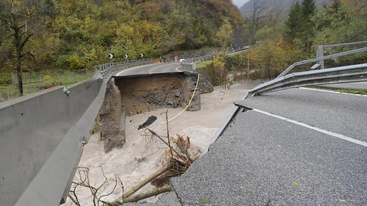 Maltempo, crolla un ponte a Comeglians (Udine)