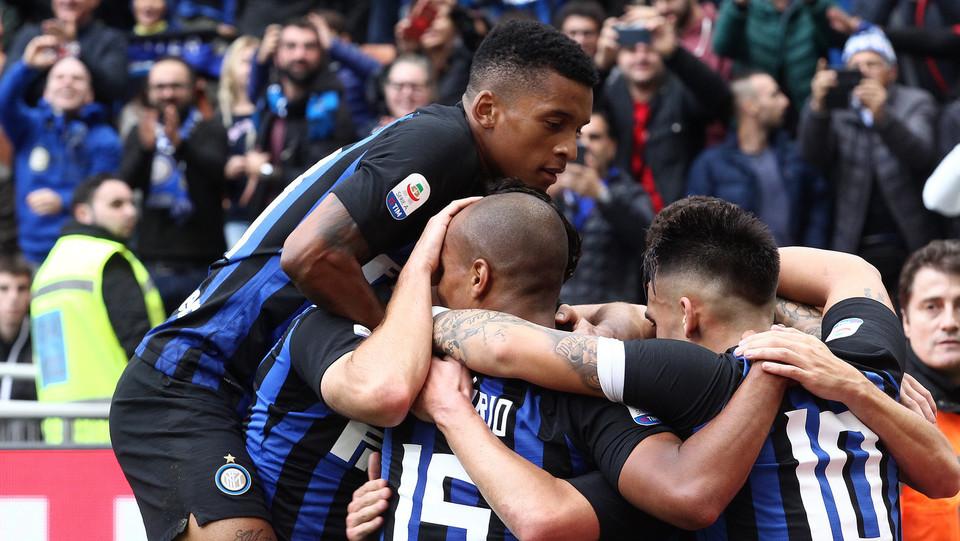 Tutta l'Inter festeggia l'ex Sassuolo Politano ©
