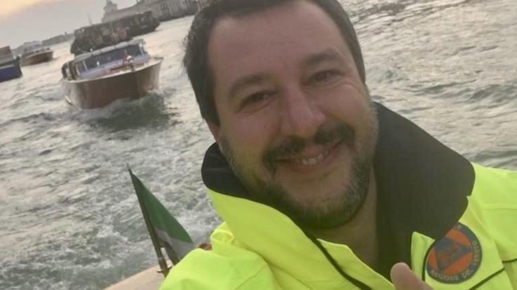 Maltempo, selfie con la tuta della protezione civile: polemica contro Salvini
