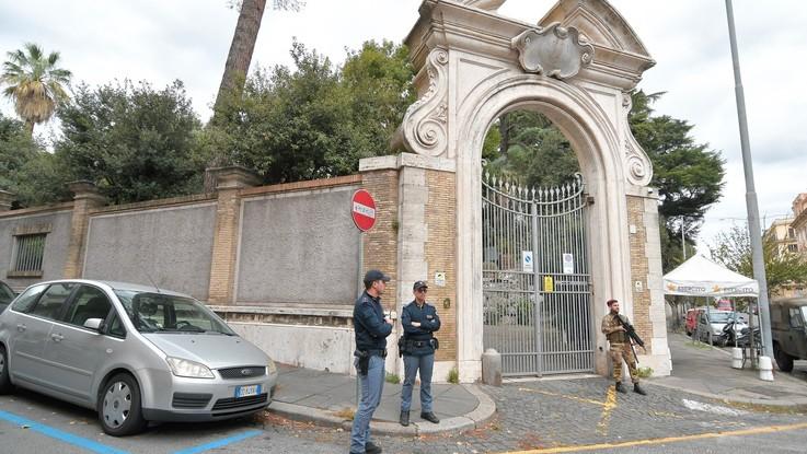 """Ossa in Nunziatura, Pietro Orlandi incontra i pm: """"Almeno 8 giorni per i risultati del dna"""""""