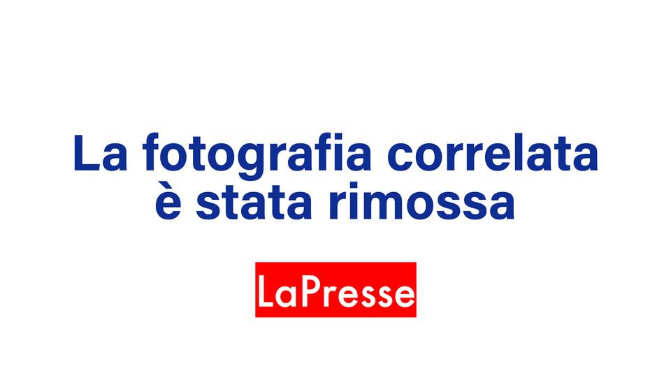 Giuseppe Giordano piange sulla bara di sua moglie e suo figlio ©