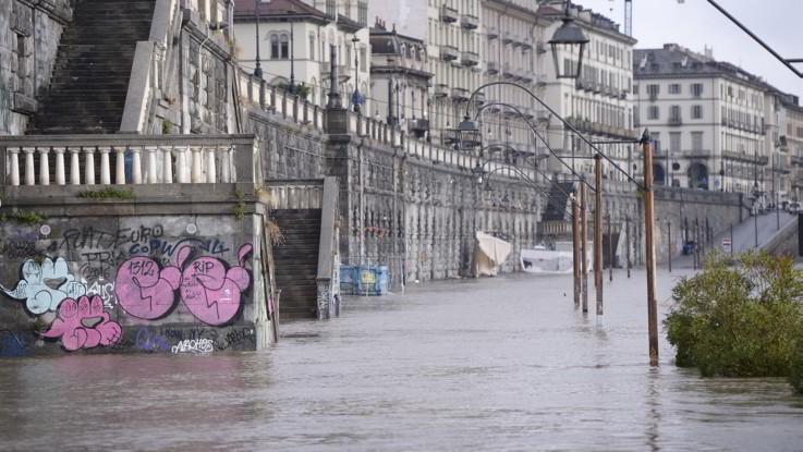 Il maltempo continua, forti piogge al nord: è allerta arancione a Torino per la piena del Po