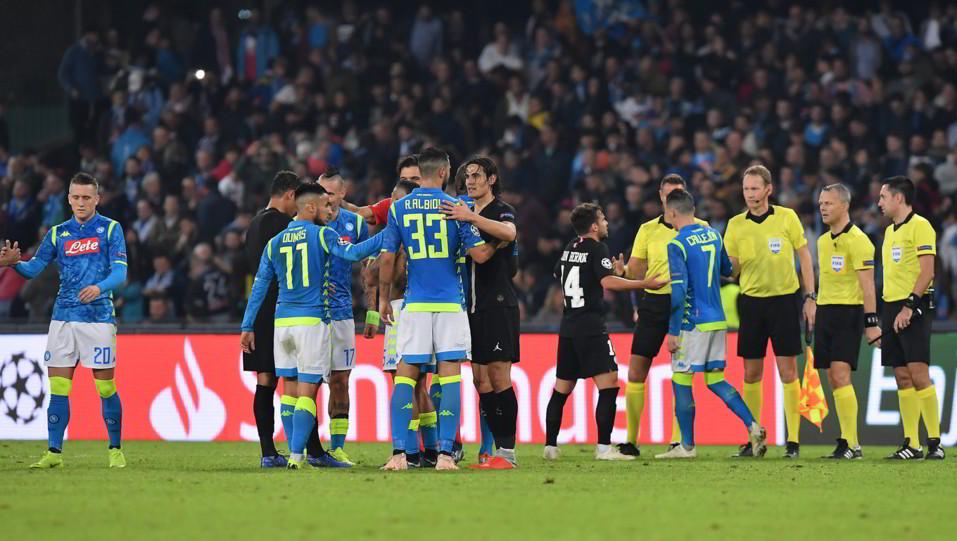 I giocatori partenopei salutano a fine match l'ex Cavani ©