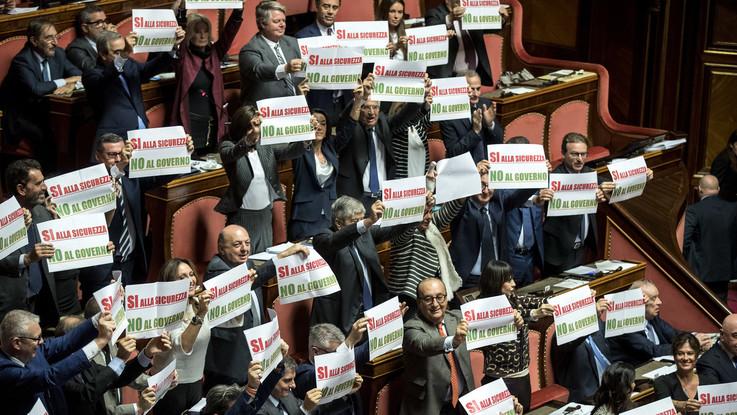 """""""Sì alla sicurezza, no al governo"""", """"#piùclandestini"""": Forza Italia e Pd protestano in Senato contro il decreto Salvini"""