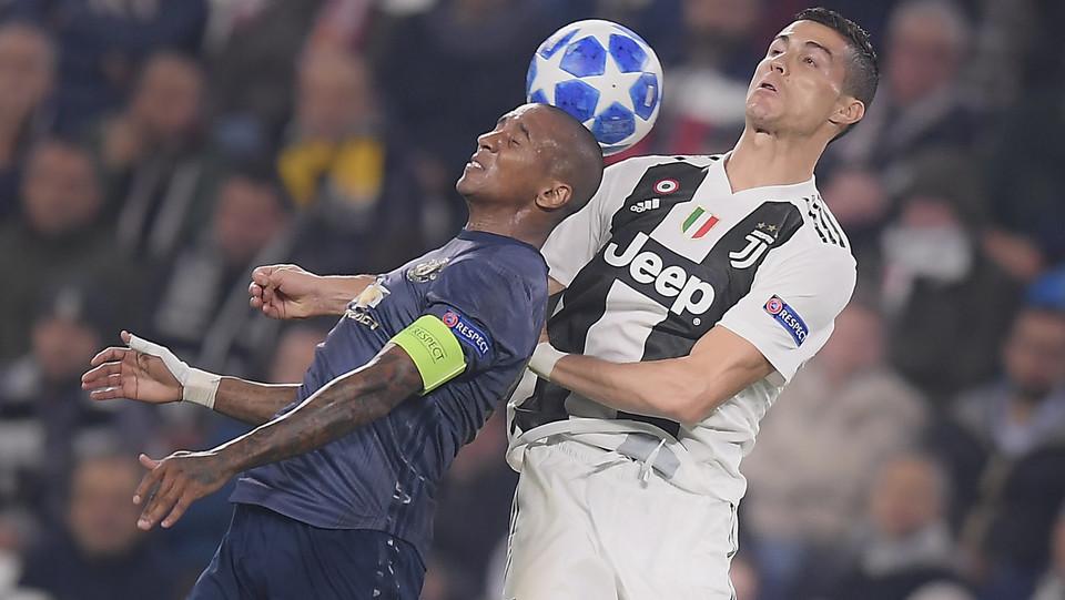 Cristiano Ronaldo contrasta di testa Young ©