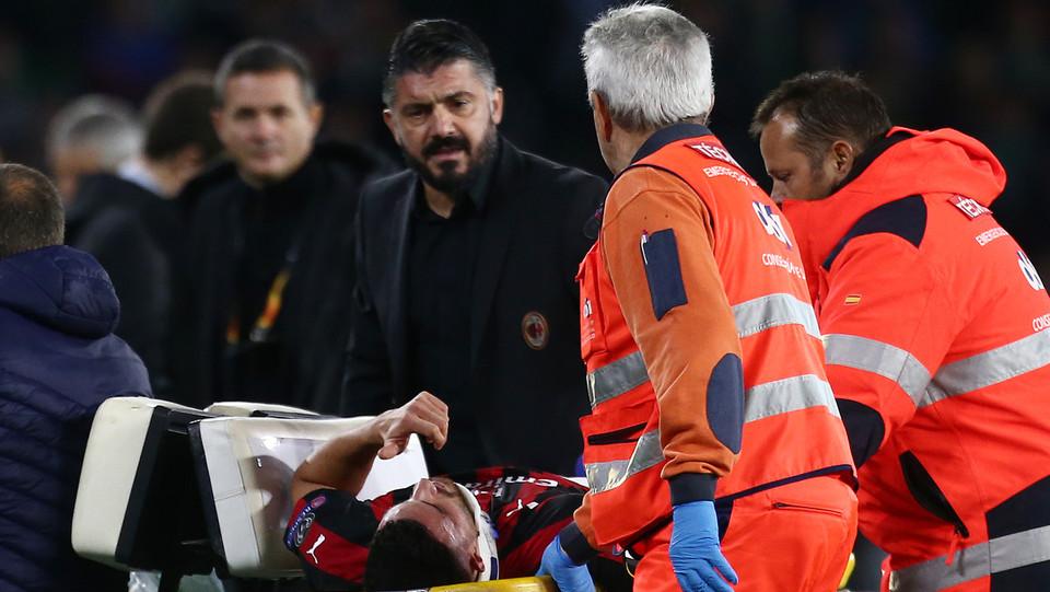 Gattuso guarda terrorizzato uscire il giocatore dal campo ©