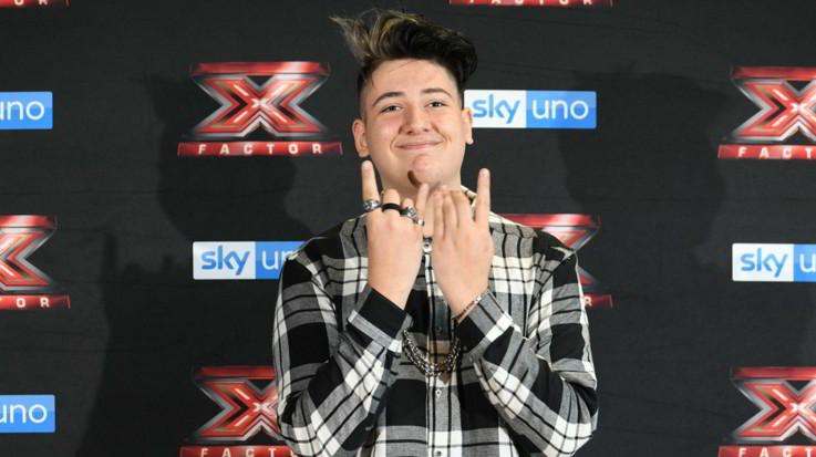 X Factor, fuori Emanuele. Fedez canta per il figlio e bacia Chiara