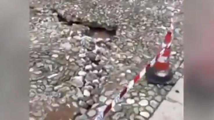 Maltempo, in arrivo una nuova perturbazione. A Portofino torrente sfonda pavimentazione della piazzetta