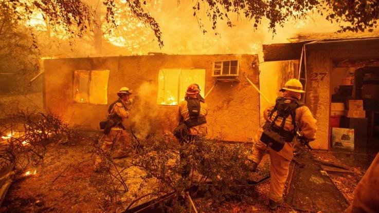 Brucia la California: almeno nove morti. Evacuata Malibu
