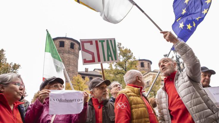 """Torino, il popolo del Sì alla Tav riempie piazza Castello: """"Siamo 30mila"""""""