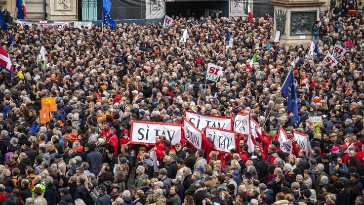 Torino, in migliaia in piazza Castello: ecco il popolo Sì-Tav