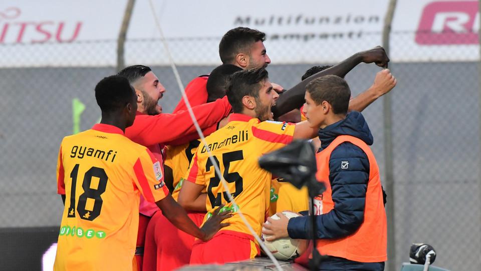 Carpi-Benevento 2-2 - Frascatore esulta con i compagni ©